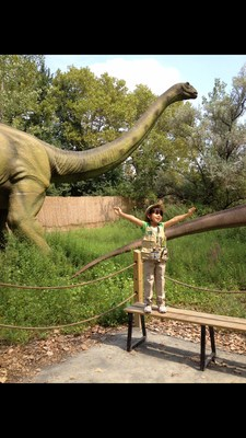 Field Station: Dinosaurs in Leonia is an outdoor paleontological expedition features 32 live-sized animatronic dinosaurs.
